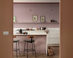 Paleta kolorów roku - Średnia otwarta różowa kuchnia jednorzędowa z wyspą, styl eklektyczny - zdjęcie od Dulux