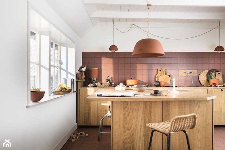 Nowości 2019 - Średnia otwarta biała różowa kuchnia jednorzędowa z wyspą z oknem, styl eklektyczny - zdjęcie od Dulux