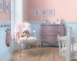 Pokoje dla dzieci i młodzieży - Mały beżowy niebieski pokój dziecka dla dziewczynki dla niemowlaka, styl klasyczny - zdjęcie od Dulux