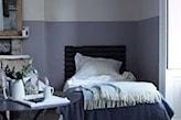 biało - niebieska ściana w sypialni