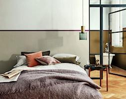 Nowości 2019 - Mała biała szara sypialnia małżeńska z łazienką, styl eklektyczny - zdjęcie od Dulux