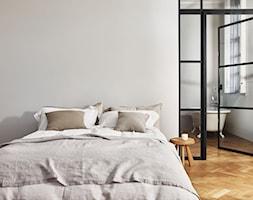 Nowości 2019 - Mała biała sypialnia małżeńska z łazienką, styl eklektyczny - zdjęcie od Dulux