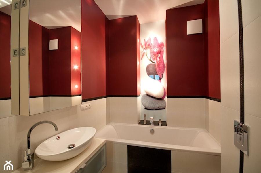 Apartament w kolorze wina - Mała biała czerwona łazienka na poddaszu w bloku w domu jednorodzinnym bez okna, styl nowoczesny - zdjęcie od ARCHITETTO