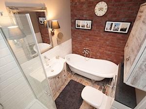 Przytulnie jak w domu - Mała biała beżowa czerwona łazienka w bloku bez okna, styl skandynawski - zdjęcie od ARCHITETTO