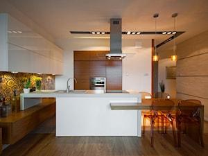 Apartament w kolorze wina - Średnia otwarta biała kolorowa kuchnia dwurzędowa w aneksie, styl nowoczesny - zdjęcie od ARCHITETTO