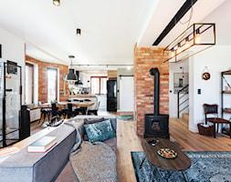 Loft urządzony przez kobiety - Duży biały salon z bibiloteczką z kuchnią z jadalnią, styl industrialny - zdjęcie od ARCHITETTO