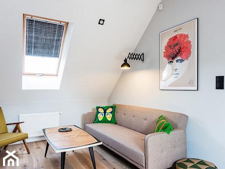Meble z odzysku - Średnie szare białe biuro kącik do pracy na poddaszu w pokoju, styl vintage - zdjęcie od ARCHITETTO