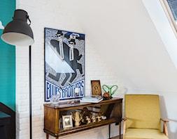 Meble z odzysku - Małe niebieskie białe biuro kącik do pracy na poddaszu, styl vintage - zdjęcie od ARCHITETTO