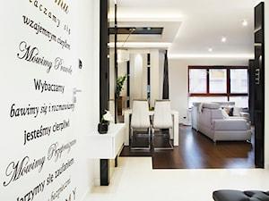 Apartament 50 m.kw w palisandrze - Średni biały hol / przedpokój, styl nowoczesny - zdjęcie od ARCHITETTO