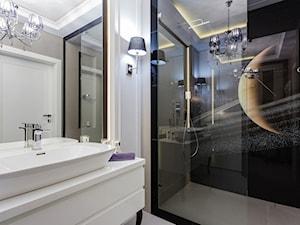 Glamour w połysku - Mała biała łazienka w bloku w domu jednorodzinnym bez okna, styl glamour - zdjęcie od ARCHITETTO