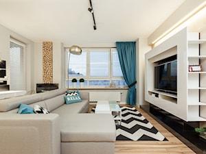Skandynawia z miętą - Mały szary beżowy salon z tarasem / balkonem, styl skandynawski - zdjęcie od ARCHITETTO