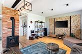 drewniane panele na ścianie w salonie imitujące pieńki