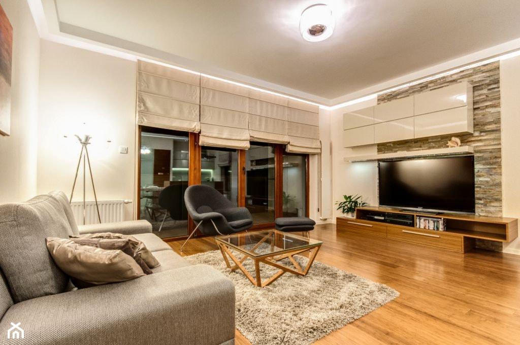 Apartament z morzem w tłe - Duży biały salon, styl nowoczesny - zdjęcie od ARCHITETTO - Homebook