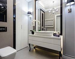 Glamour w połysku - Mała szara łazienka na poddaszu w bloku w domu jednorodzinnym bez okna, styl glamour - zdjęcie od ARCHITETTO