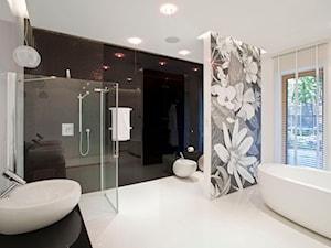 Dom w Konstancinie - Duża beżowa czarna szara łazienka w domu jednorodzinnym z oknem, styl glamour - zdjęcie od Nasciturus design