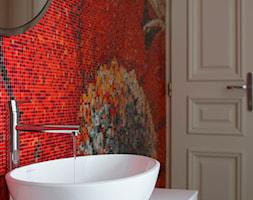 Paryski Szyk - Mała czerwona łazienka na poddaszu w bloku w domu jednorodzinnym bez okna, styl nowoczesny - zdjęcie od Nasciturus design