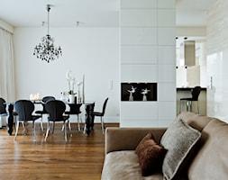 Apartament w centrum Warszawy - Średnia otwarta biała jadalnia w salonie, styl klasyczny - zdjęcie od Nasciturus design
