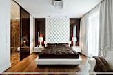 brązowa narzuta na łóżko, białe łóżko, wysoki tapicerowany zagłówek, drewniana podłoga, szafa z przesuwanymi drzwiami