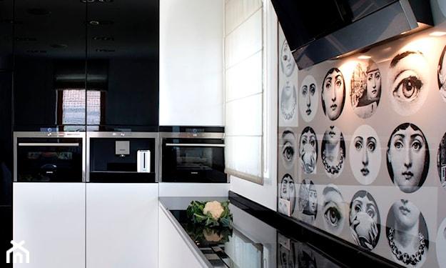 ściana kuchenna z fototapetą