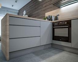 Kuchnia w dwóch odsłonach - Mała otwarta biała kuchnia w kształcie litery l w aneksie z oknem, styl skandynawski - zdjęcie od wizjaprzestrzeni.pl
