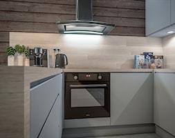 Kuchnia w dwóch odsłonach - Mała otwarta kuchnia w kształcie litery u, styl skandynawski - zdjęcie od wizjaprzestrzeni.pl