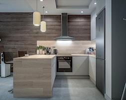 Kuchnia w dwóch odsłonach - Mała otwarta szara kuchnia w kształcie litery u, styl skandynawski - zdjęcie od wizjaprzestrzeni.pl