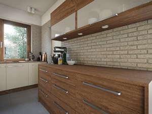 Kuchnia - Średnia otwarta biała beżowa kuchnia dwurzędowa z oknem, styl tradycyjny - zdjęcie od wizjaprzestrzeni.pl