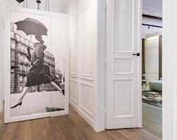 W przedwojennej kamienicy - Mały biały hol / przedpokój, styl klasyczny - zdjęcie od LIVING BOX - Homebook