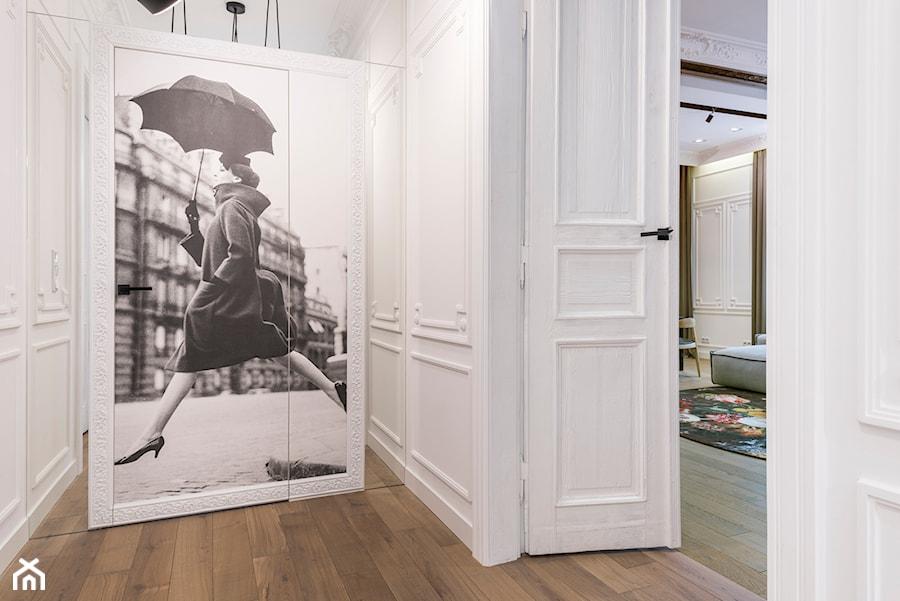 Aranżacje wnętrz - Hol / Przedpokój: W przedwojennej kamienicy - Mały biały hol / przedpokój, styl klasyczny - LIVING BOX. Przeglądaj, dodawaj i zapisuj najlepsze zdjęcia, pomysły i inspiracje designerskie. W bazie mamy już prawie milion fotografii!