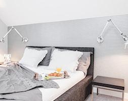 Dom dla 3-osobowej rodziny - Średnia biała szara sypialnia małżeńska na poddaszu, styl nowoczesny - zdjęcie od LIVING BOX