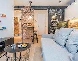 Na Pradze - Mały biały czarny brązowy salon z kuchnią z jadalnią, styl skandynawski - zdjęcie od LIVING BOX