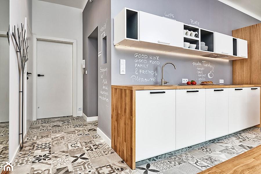 59 m2 na nowo - Mała szara kuchnia jednorzędowa w aneksie, styl skandynawski - zdjęcie od LIVING BOX