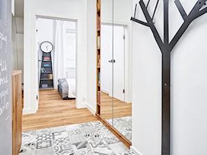 59 m2 na nowo - Średni biały szary hol / przedpokój, styl skandynawski - zdjęcie od LIVING BOX