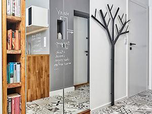 59 m2 na nowo - Mały biały hol / przedpokój, styl skandynawski - zdjęcie od LIVING BOX