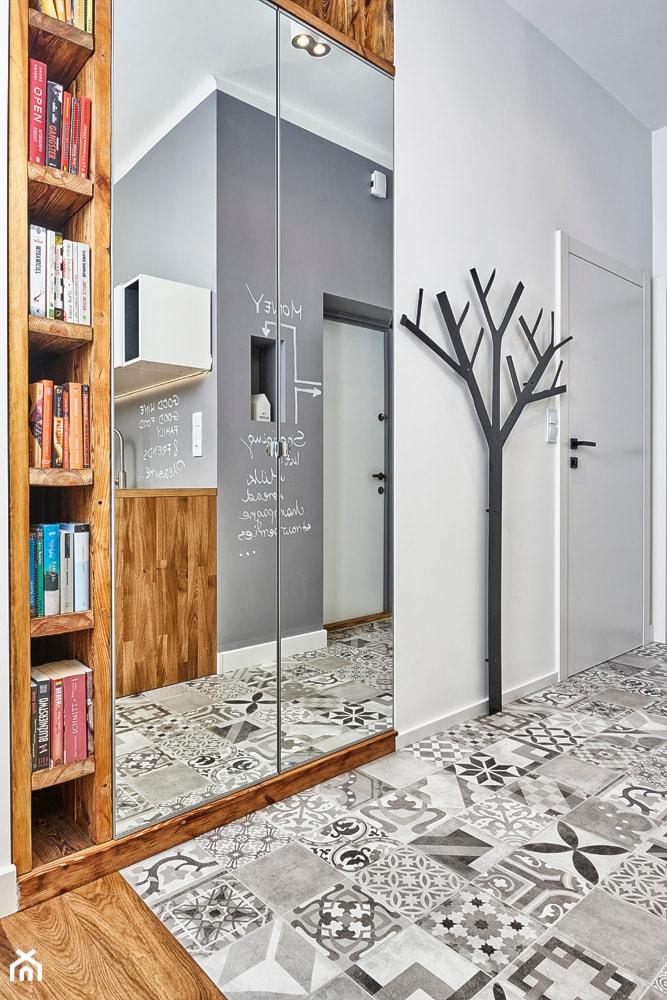 Aranżacje wnętrz - Hol / Przedpokój: 59 m2 na nowo - Mały biały hol / przedpokój, styl skandynawski - LIVING BOX. Przeglądaj, dodawaj i zapisuj najlepsze zdjęcia, pomysły i inspiracje designerskie. W bazie mamy już prawie milion fotografii!