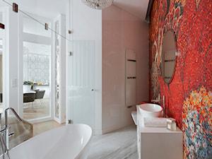 Moko8 - Średnia biała czerwona łazienka na poddaszu w bloku w domu jednorodzinnym bez okna, styl nowoczesny - zdjęcie od LIVING BOX