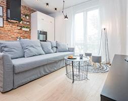Na Pradze - Mały biały brązowy salon, styl skandynawski - zdjęcie od LIVING BOX