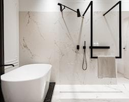 W przedwojennej kamienicy - Biała łazienka na poddaszu w bloku w domu jednorodzinnym bez okna, styl klasyczny - zdjęcie od LIVING BOX