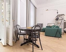 Kawalerka pod wynajem - Mały szary salon z jadalnią, styl klasyczny - zdjęcie od LIVING BOX - Homebook