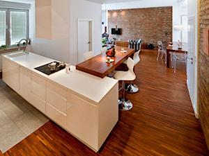 Metamorfoza mieszkania w kamienicy - Duża otwarta brązowa kuchnia dwurzędowa w aneksie z wyspą, styl eklektyczny - zdjęcie od LIVING BOX