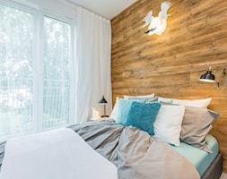 Na Pradze - Mała biała sypialnia małżeńska z balkonem / tarasem, styl skandynawski - zdjęcie od LIVING BOX