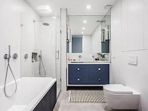 Mieszkanie na Muranowie - Średnia biała łazienka w bloku w domu jednorodzinnym bez okna - zdjęcie od oikoi