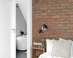Dom w Pasymiu - Średnia biała czerwona sypialnia małżeńska z łazienką, styl skandynawski - zdjęcie od oikoi