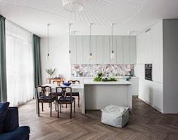 Mieszkanie na Muranowie - Średnia otwarta biała kolorowa kuchnia w kształcie litery l w aneksie z wyspą z oknem - zdjęcie od oikoi
