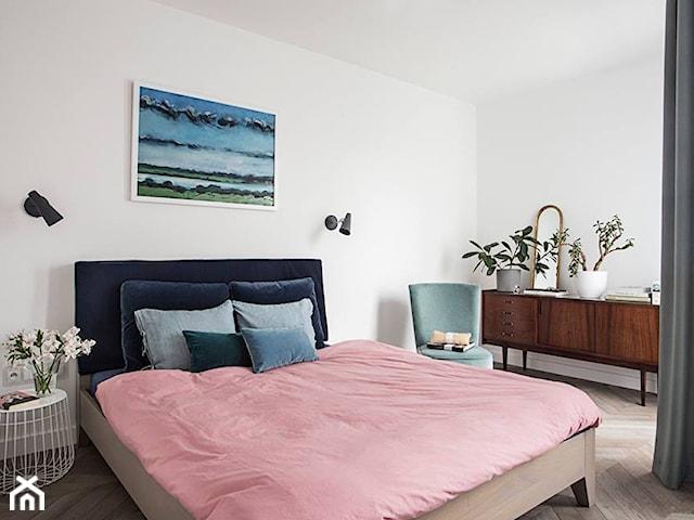 łóżko z niebieskiego aksamitu
