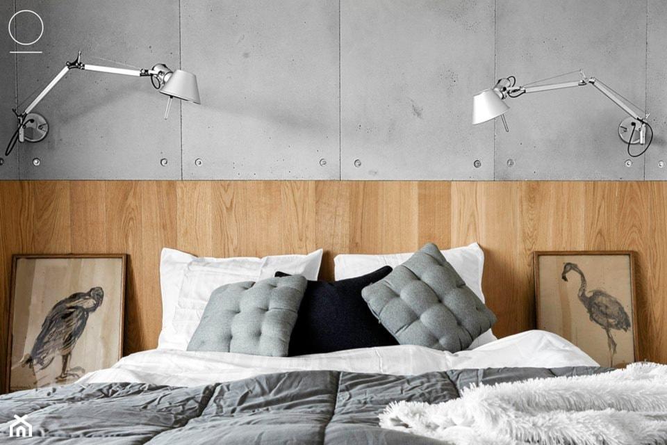 sypialnia w stylu nowoczesnym, drewniany zagłówek, metalowe lampy ścienne, betonowe płytki ścienne