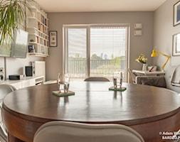 Metamorfoza salonu z aneksem kuchennym - Mały szary salon z jadalnią, styl eklektyczny - zdjęcie od RED design