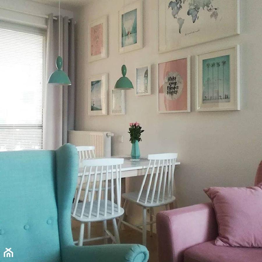 Skandynawskie mieszkanie w pastelach. - Mała otwarta biała jadalnia w salonie, styl skandynawski - zdjęcie od RED design