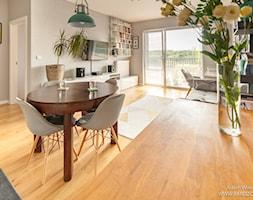 Metamorfoza salonu z aneksem kuchennym - Średni salon z bibiloteczką z jadalnią z tarasem / balkonem, styl eklektyczny - zdjęcie od RED design