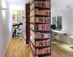 Mieszkanie w męskim wydaniu - Duże białe biuro pracownia, styl nowoczesny - zdjęcie od RED design